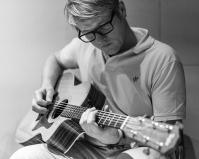 Hubert an der Gitarre